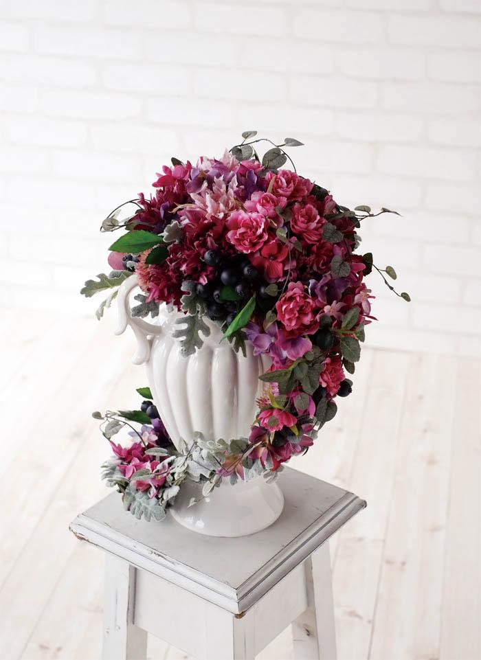 ヨーロピアンテイストのおしゃれな陶器!華やかに造花など入れれば、場所を問わずゴージャスな空間が手に入ります。