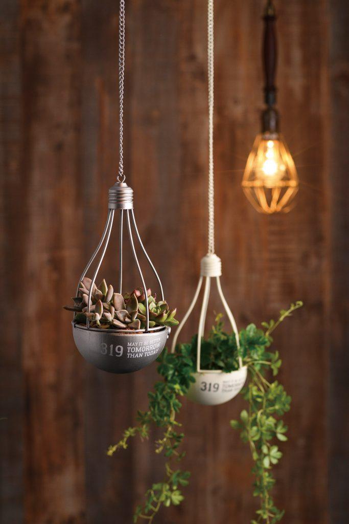 まるで豆電球のような吊り下げられるハンギングインテリア!穴ありライナー付きで植物も入れられます♪